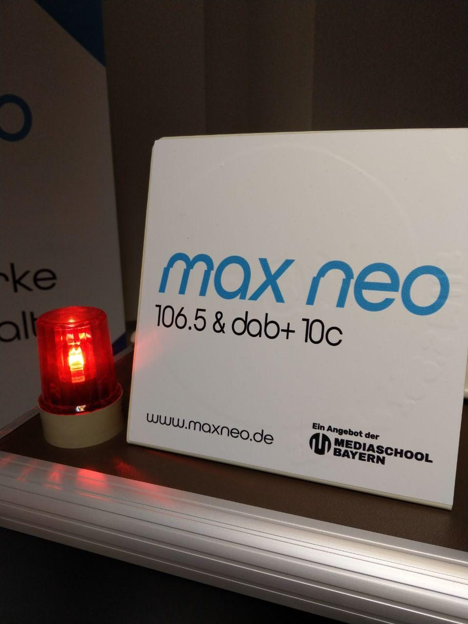 On-Air-Lampe im Studio und max neo-Schild