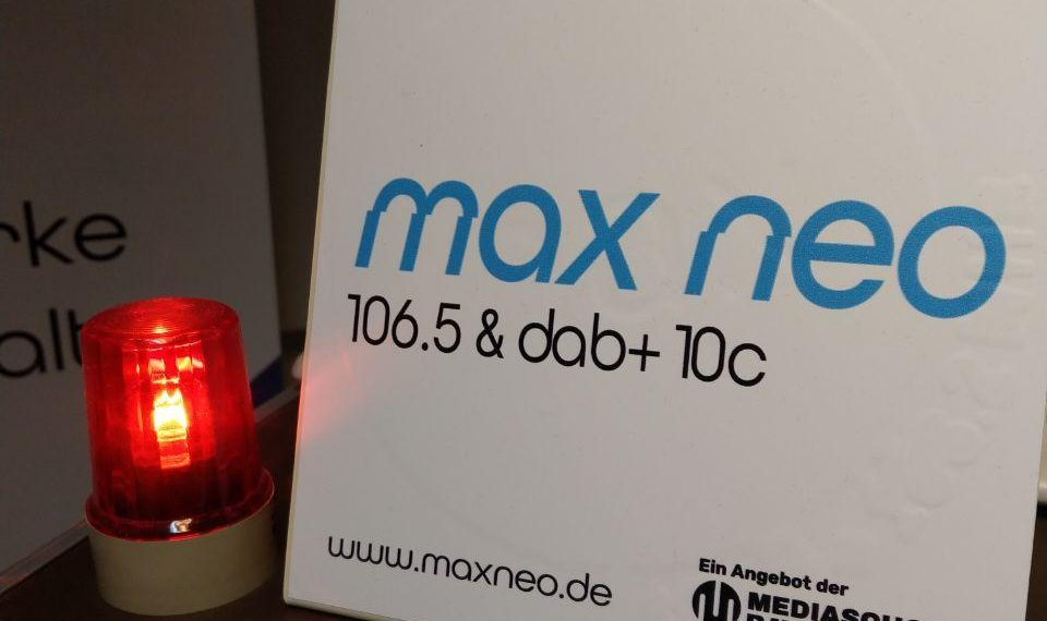 On-Air-Lampe im Studio und max neo-Schild