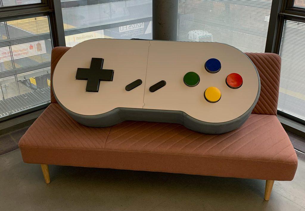 """Ein großer SNES-Controller ist Bestandteil der Ausstellung """"Unique Items""""."""