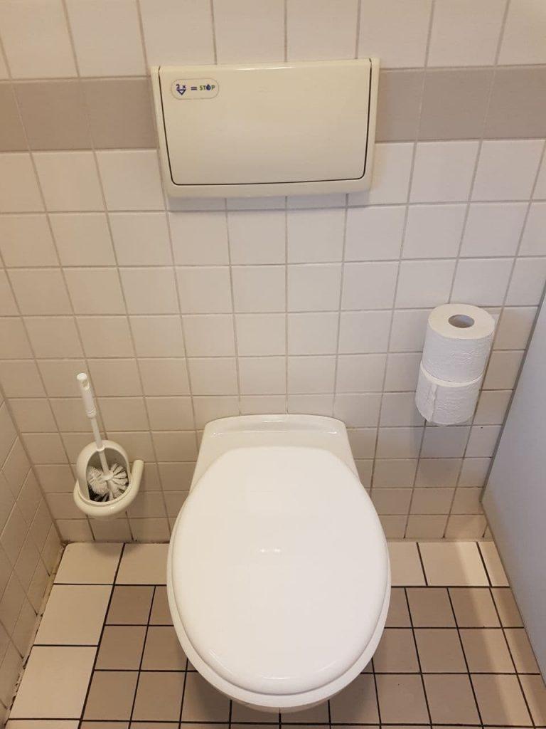 So sieht die Herrentoilette bei max neo aus.