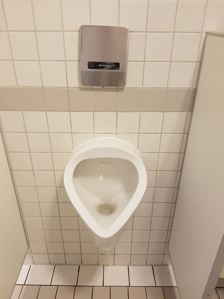 Das ist das Pissoir in der Herrentoilette bei max neo.