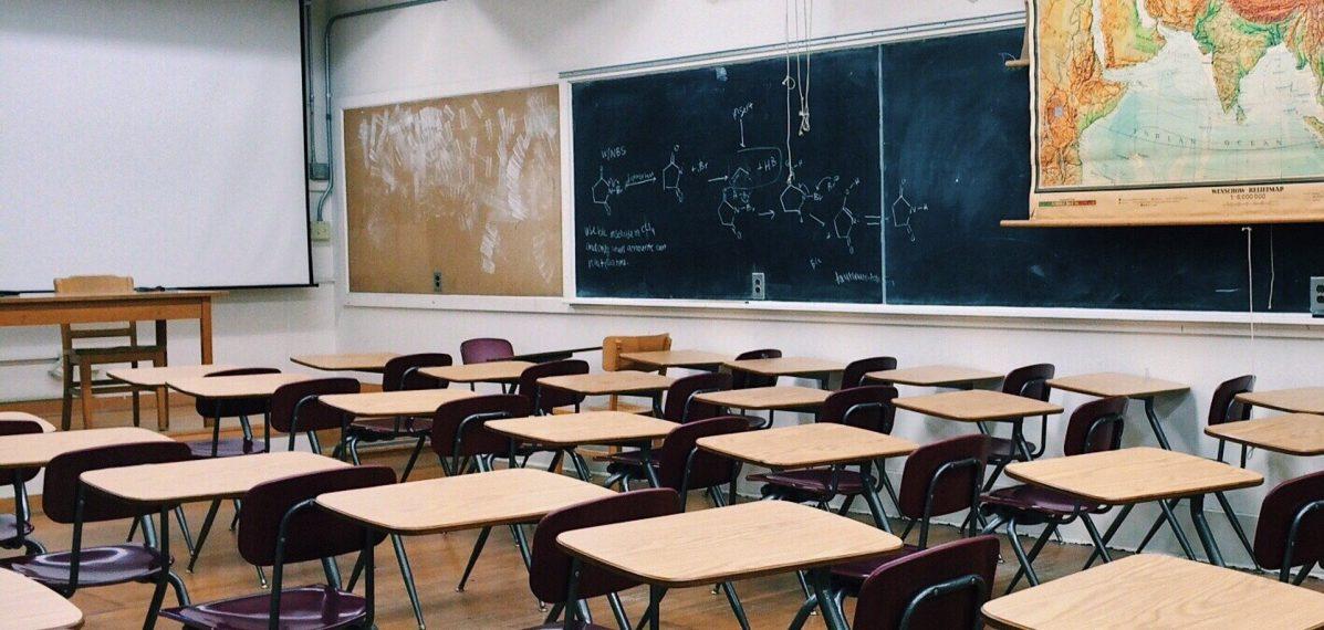 Ein leeres Klassenzimmer in einer Schule
