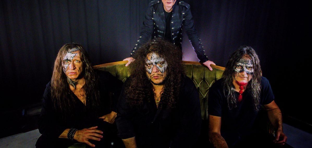 Die vier Mitglieder von Iron Mask posieren für die Kamera mit silberner Schminke um die Augen rum.
