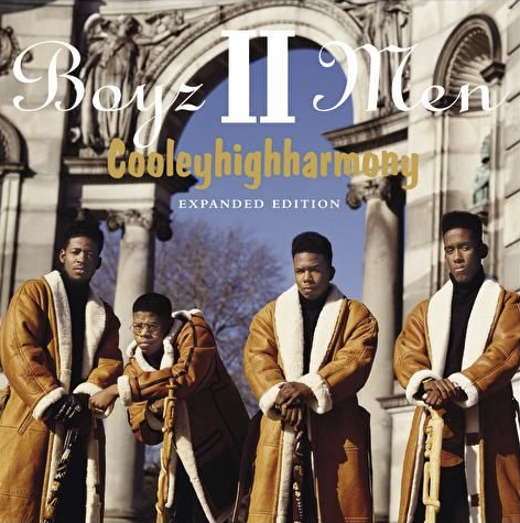 """Auf dem Albumcover """"Cooleyhighharmony"""" von Boyz II Men sind die vier Männer der Boyband zu sehen, die vor einem antiken Bogen stehen."""