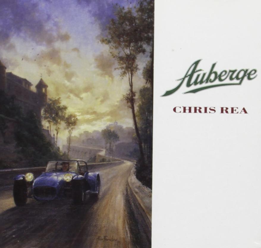 """Das Albumcover """"Auberge"""" von Chris Rea ist ein Gemälde von einem blauen Oldtimer, der eine Straße langfährt. Im Hintergrund sieht man ein schlossähnliches Gebäude auf einem Hügel mit Bäumen. Der Himmel ist blau und gelb."""