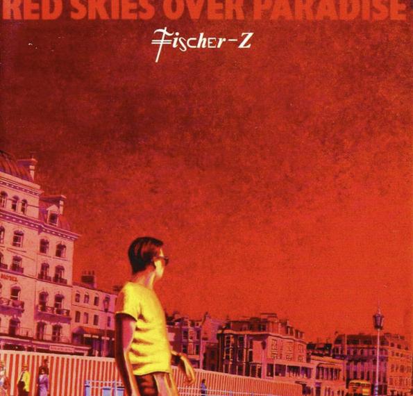 """Das Albumcover """"Red Skies Over Paradise"""" von Fisher-Z ist rot. Man sieht im Hintergrund viele Häuser und ein paar Passant*innen. Im Vordergrund ist ein Mann zu sehen, der komplett gelb ist."""