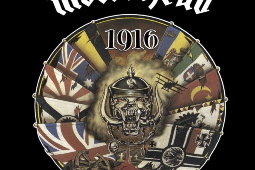 """Auf dem Albumcover """"1916"""" von Motörhead ist ein Kreis auf einem schwarzen Hintergrund zu sehen. Im Kreis befinden sich verschiedene Flaggen. Oben steht die Zahl 1916. In der Mitte des Kreises ist ein Kopf zu sehen, der Blut auf der unteren Teil des Kreises spuckt. Unten sieht man Stacheldraht und zerbrochenes Holz."""