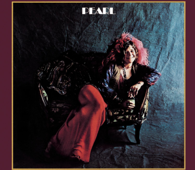 """Auf dem Albumcover """"Pearl"""" von Janis Joplin ist die Musikerin selbst in schicker Kleidung auf einem Sessel sitzend zu sehen."""