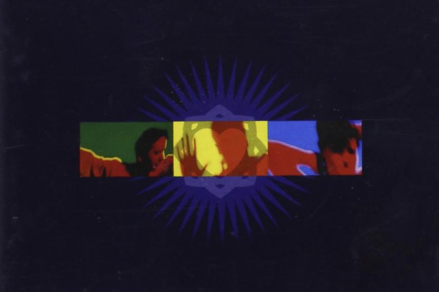 """Das Albumcover """"Real Life"""" von Simple Minds ist dunkelblau. In der Mitte befindet sich ein schmales Rechteck mit Schemen von Personen in grün, gelb und rot."""