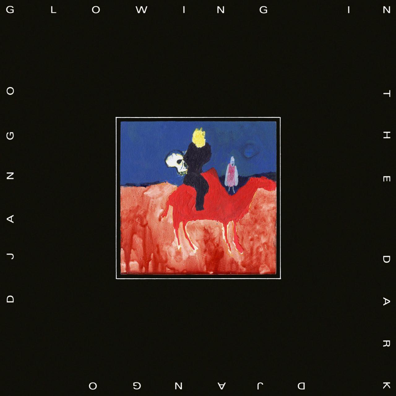 """Auf dem Albumcover """"Glowing In The Dark"""" von Django Django ist ein Kamel in einer Wüste zu sehen. Der Reiter trägt einen Totenkopf in der Hand. Umrandet ist dieses Wachsmalbild von einem schwarzen, dicken Rand."""