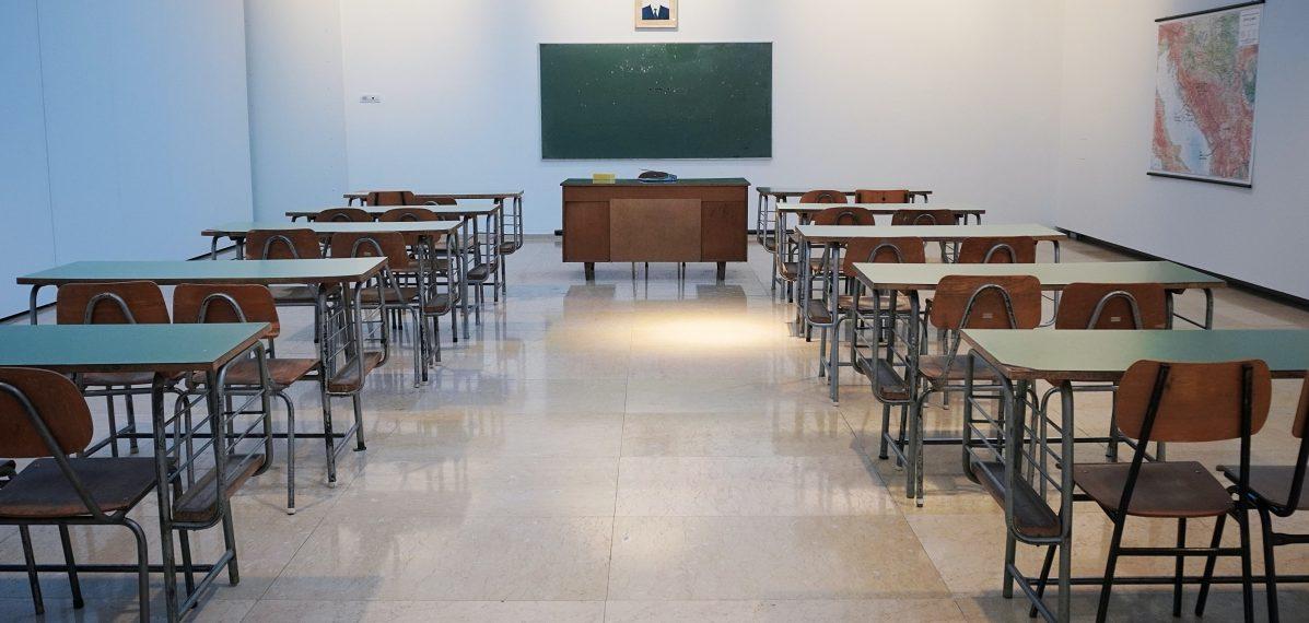 Das Foto zeigt ein leeres Klassenzimmer, das als Symbolbild für die aktuelle Situation an den Berufsschule gilt.