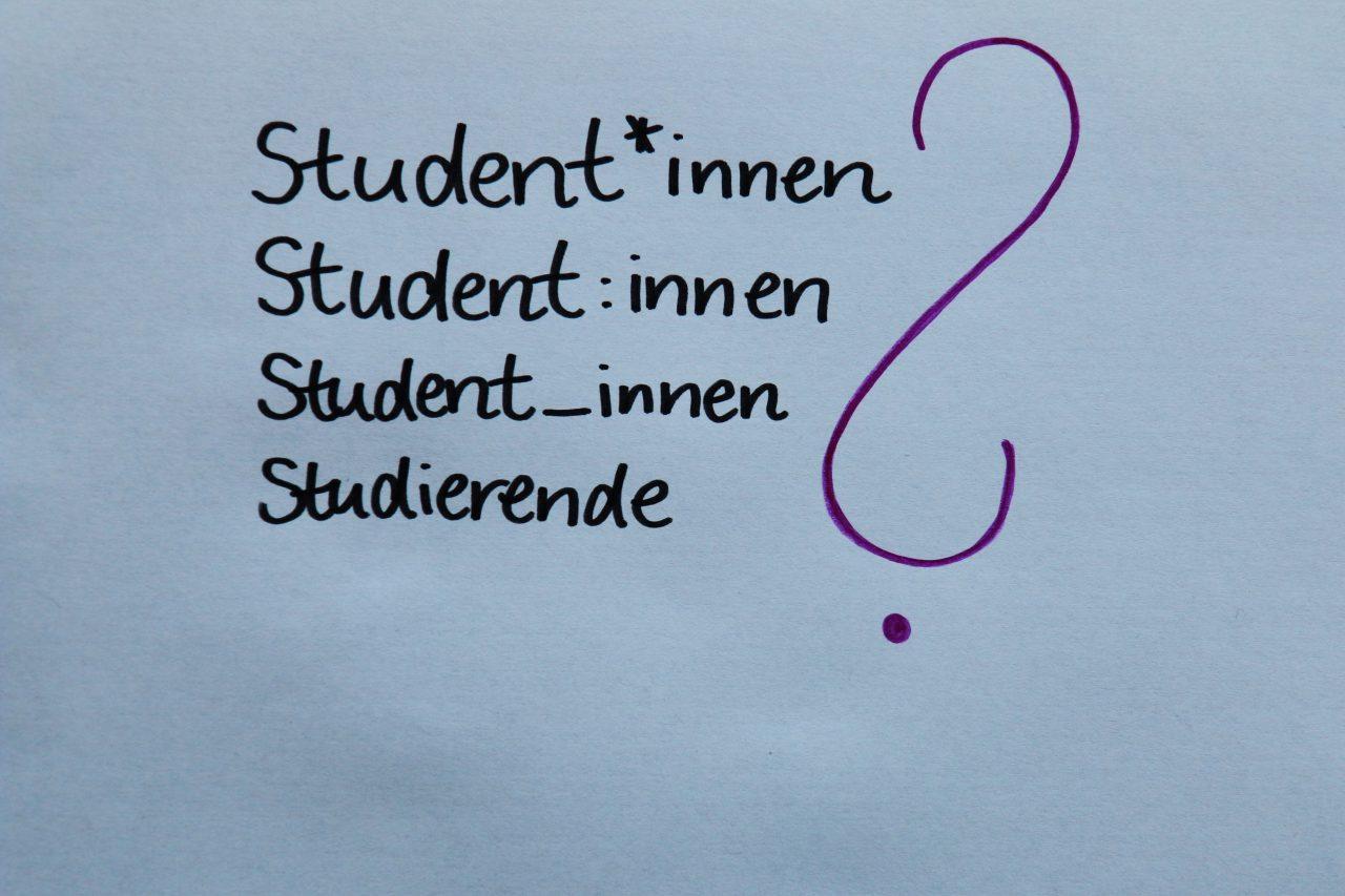 """Auf dem Foto steht untereinander """"Student*innen"""", """"Student:innen"""", """"Student_innen"""" und """"Studierende""""."""