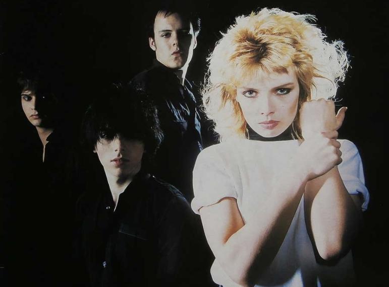 Auf dem Albumcover des gleichnamigen Debütalbums von Kim Wilde ist im Vordergrund Kim Wilde zu sehen, im Hintergrund sind drei weitere Bandmitglieder zu sehen. Der Hintergrund ist schwarz.