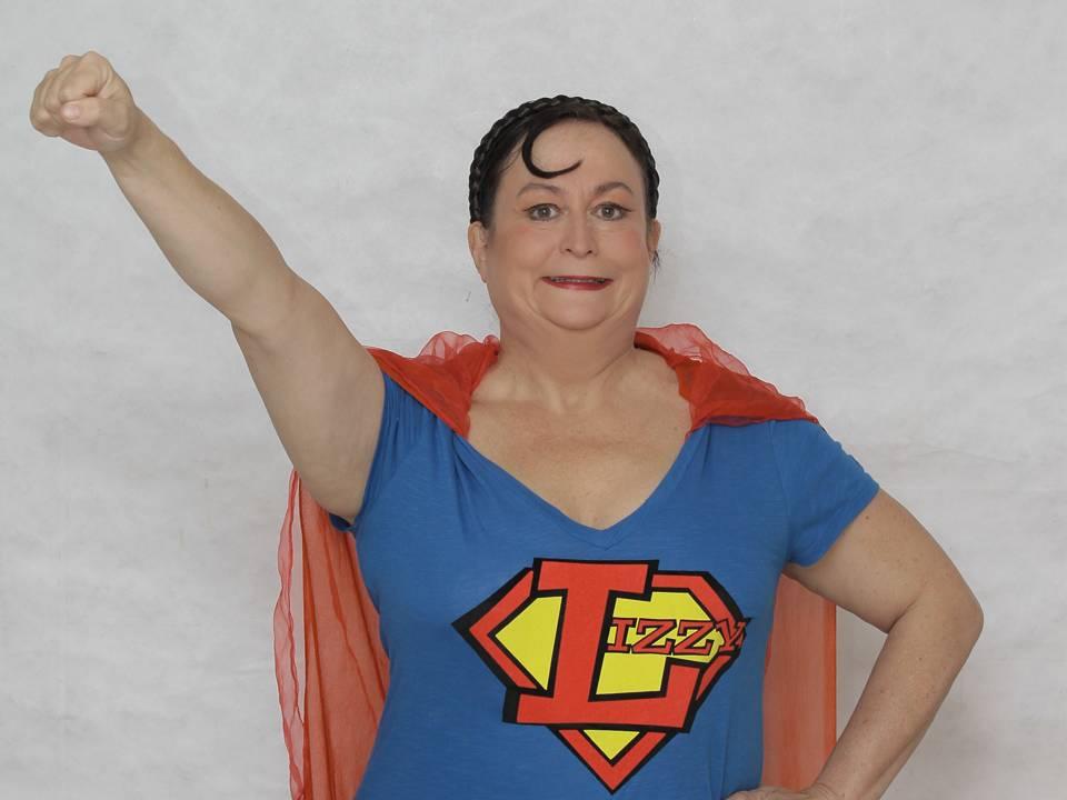 Lizzy Aumeier trägt ein Superwoman-Outfit.