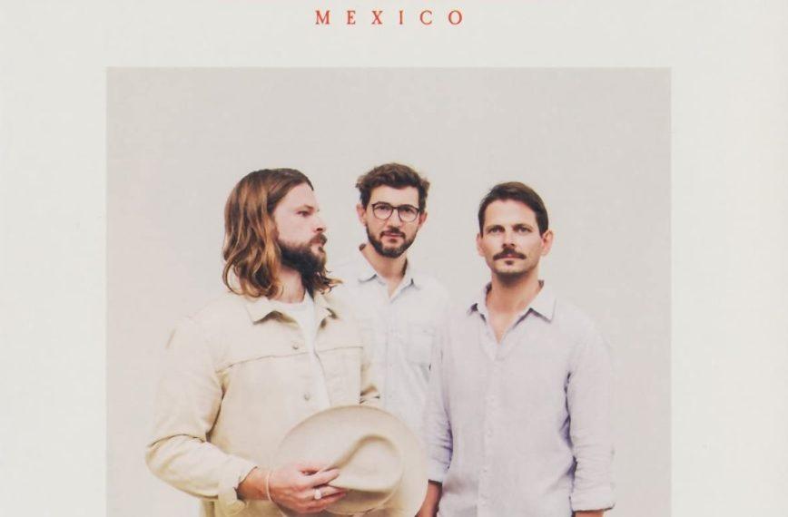 """Das Albumcover """"Mexico"""" von den Mighty Oaks ist weiß. In der Mitte sind die drei Bandmitglieder zu sehen. Darüber stehen Bandname und Albumtitel in roter Schrift."""