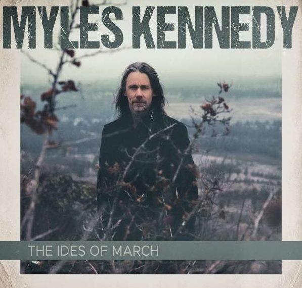 """Auf dem Albumcover """"The Ides Of March"""" von Myles Kennedy sieht man den Musiker inmitten von Pflanzen stehen. Im Hintergrund sieht man ein Tal."""