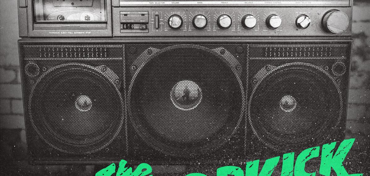 """Das albumcover """"Turn Up That Dial"""" von The Dropkick Murphys ist schwarz-weiß. Es zeigt einen großen Ghettoblaster. Der Bandname und der Albumtitel sind grün und pink."""