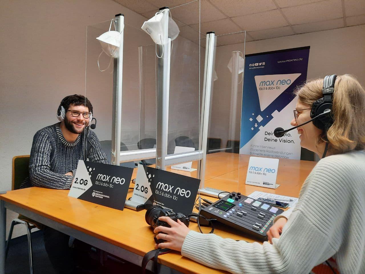 Auf dem Foto sind Yves Simon und Lena Schnelle bei der Podcastaufnahme zu sehen.