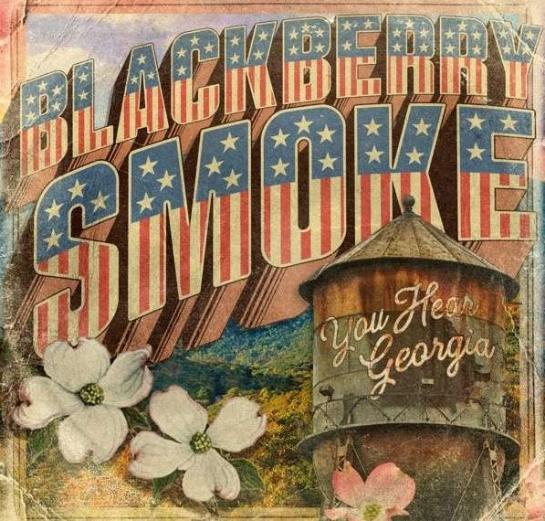 """Die Buchstaben des Schriftzugs der Band Blackberry Smoke haben das Muster der amerikanischen Flagge. Davor sieht man einen Wassertank, auf dem """"You Hear Georgia"""" steht."""