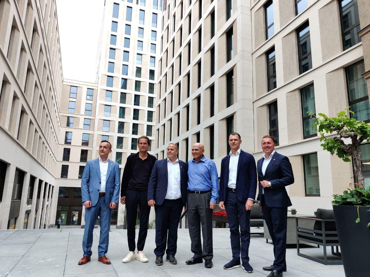 """Im Innenhof stehen verschiedene Herren zur Eröffnung des """"Leonardo Royal"""" im Tafelhof Palais."""