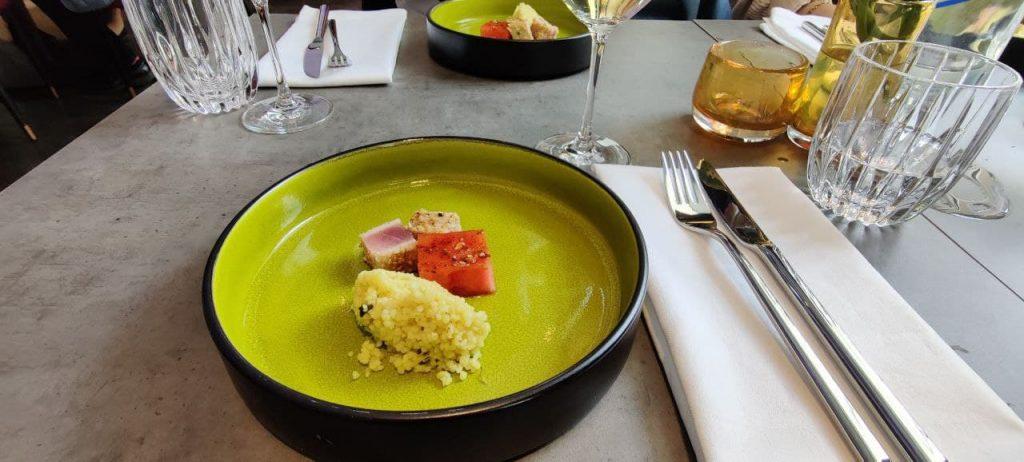 Man sieht einen Teller mit Essen aus der levantinischen Küche des Leonardo Royals.