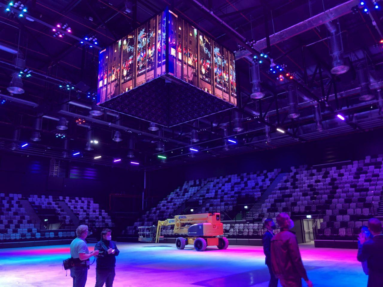 Das Foto zeigt den blau beleuchteten Innenraum der KIA Metropol Arena.