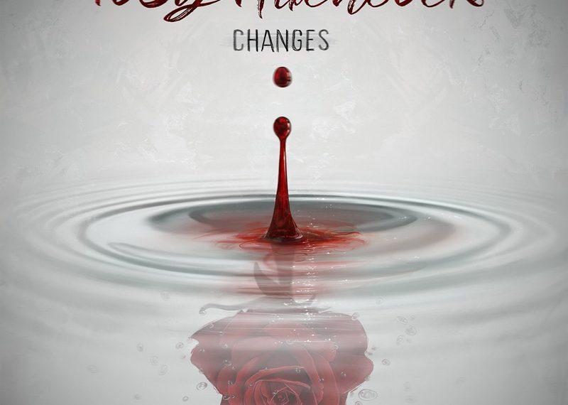 """Das Albumcover """"Changes"""" von Toby Hitchcock ist weiß. Man sieht unter einer Wasseroberfläche eine Rose und Tropfen. Darüber sieht man einen roten Tropfen."""