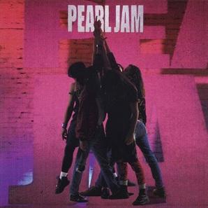 """Das Albumcover """"Ten"""" von Pearl Jam ist pink. Im Vordergrund sieht man einige Menschen zusammenstehen, die in der Mitte ihre Hände hochstrecken."""