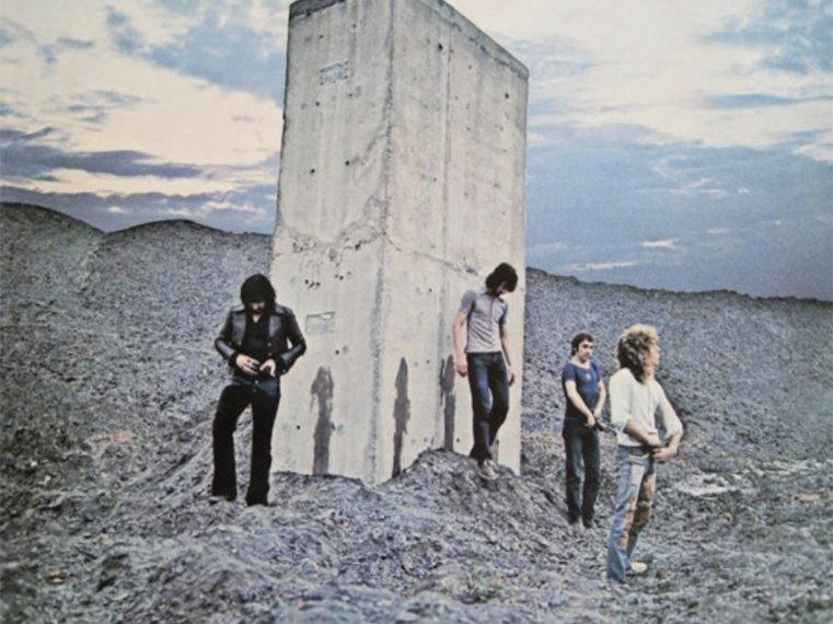 """Das Albumcover """"Who's Next"""" von The Who zeigt die Band, die in einer felsigen Landschaft vor einem Betonklotz steht."""
