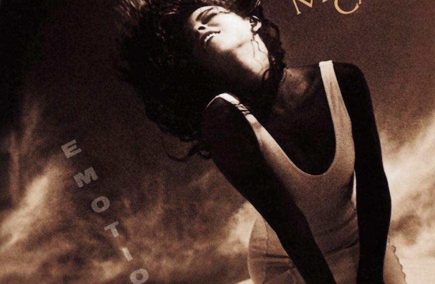 """Das Albumcover """"Emotions"""" von Mariah Carey zeigt die Sängerin in einem weißen Kleid. Das Cover ist im Sepiastil gehalten."""