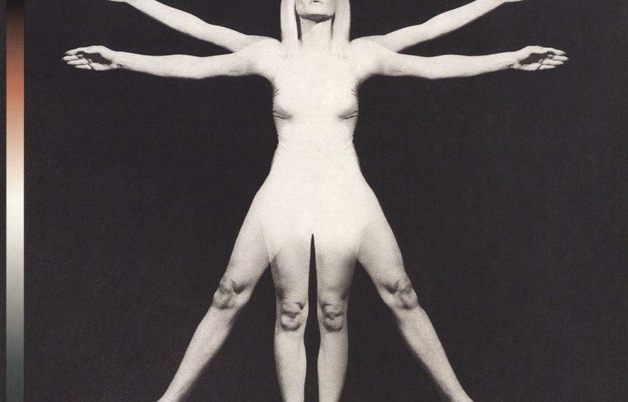 """Das Albumcover """"Lifeforms"""" von Angels & Airwaves ist schwarz. In der Mitte ist eine weiße Frau mit jeweils vier Armen und Beinen."""
