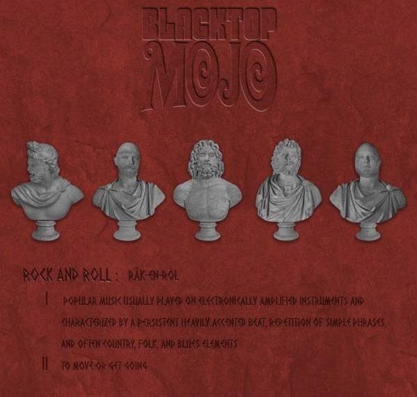"""Das Albumcover """"Blacktop Mojo"""" von Blacktop Mojo ist rot. Oben steht der Bandname. Darunter sind fünf weiße Büsten von Männern zu sehen. Darunter steht eine Definition von """"Rock and Roll""""."""