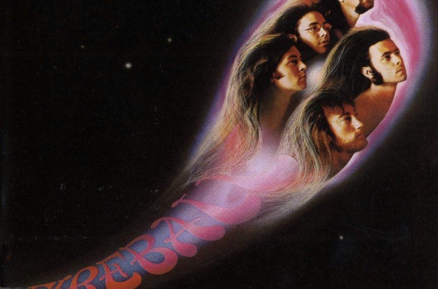 """Das Albumcover """"Fireball"""" von Deep Purple ist schwarz. Man sieht Sterne. Im Vordergrund sieht man die Köpfe der Bandmitglieder in einem Kreis, die wie ein Feuerball über den Himmel schießen."""