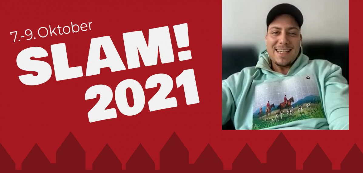 """Der Hintergrund des Bildes ist rot. Auf der linken Seite steht """"7.-9. Oktober SLAM! 2021"""". Rechts ist David Friedrich im Porträt zu sehen. Er trägt einen mintfarbenen Pulli und sitzt auf einer Couch."""