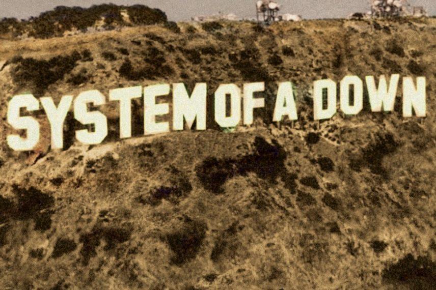 """Das Albumcover """"Toxicity"""" von System of a Down zeigt die Hollywood Hills. Statt dem berühmten Schriftzug """"Hollywood"""" steht da aber """"System of a Down"""". Unten rechts in der Ecke steht in roten Buchstaben noch """"Toxicity""""."""