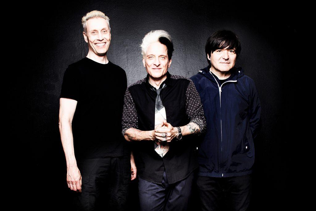 Das Foto ist ein Gruppenfoto von den drei Bandmitgliedern der Ärzte.