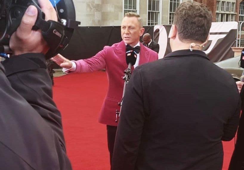 Der Schauspieler Daniel Craig steht auf dem roten Teppich vor der Royal Albert Hall und gibt einem Fernsehsender ein Interview.